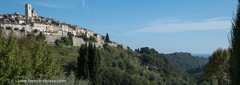 The famous village of Saint-Paul-de-Vence in the hinterland of Nice is known for its many art galleries. We distinguish the sea in the distance.
