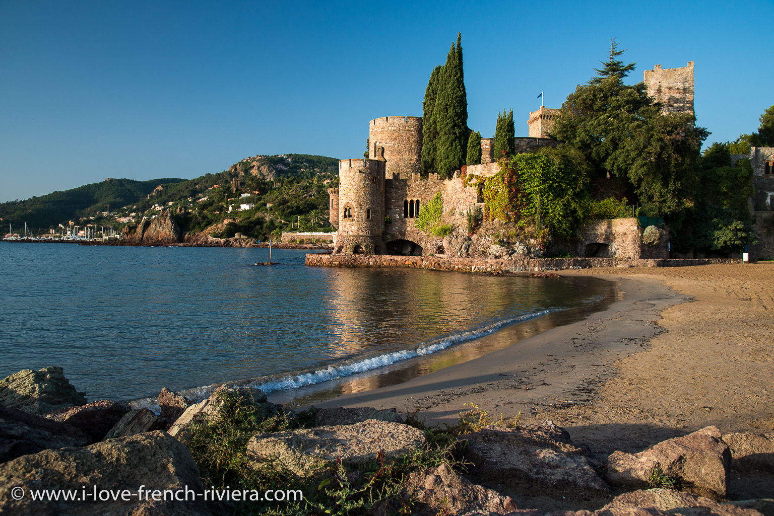 The beach and the famous medieval castle of La Napoule are just in front of our apartment.