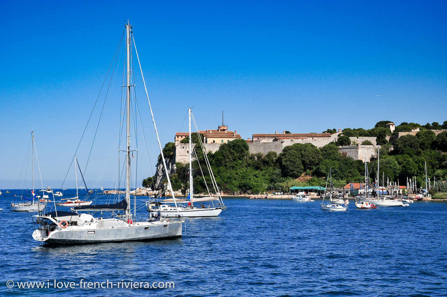 The Lérins Islands (here the St Marguerite island), Cannes, St Raphael, St Tropez and other beautiful places are close to our holiday accommodation ...